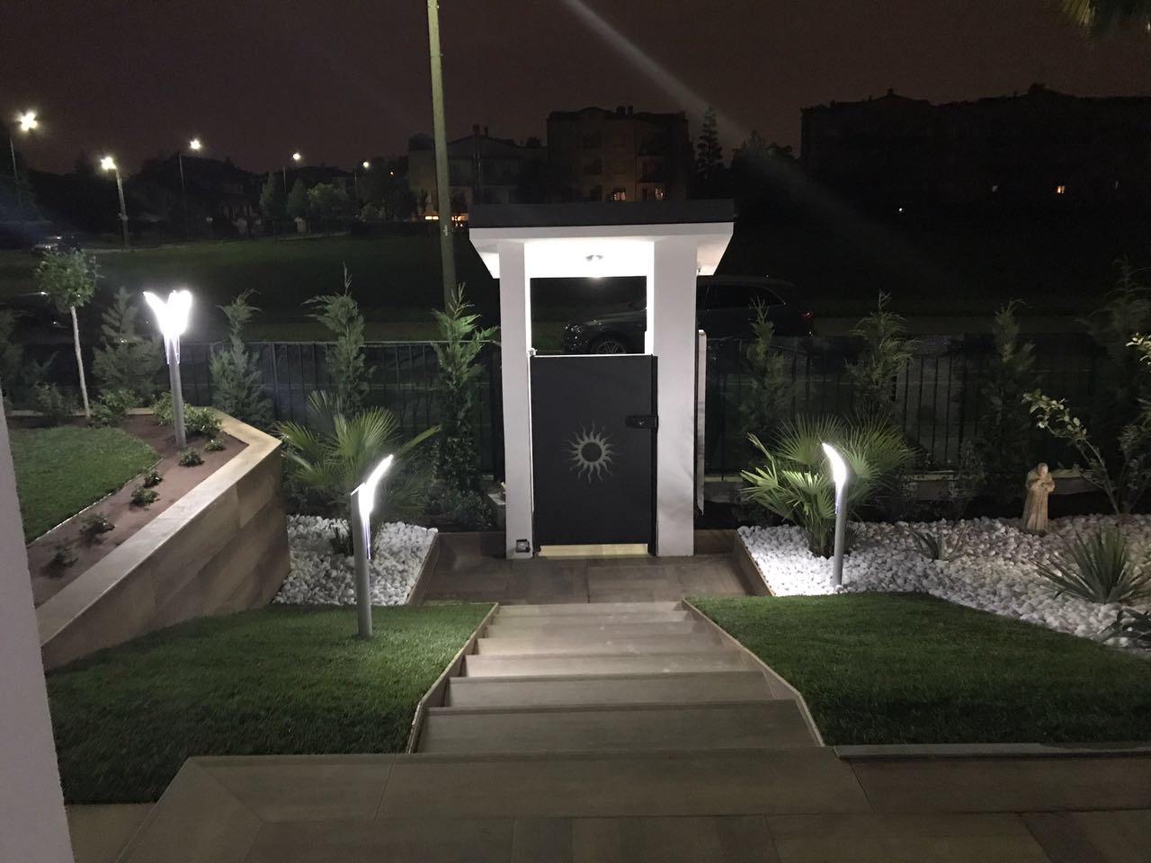 Illuminazione vialetto soluzioni con luci a led media for Luci a led esterno